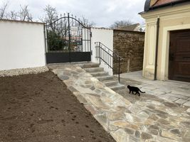 c9026862-kamenny-chodnik-natrene-zdi-hrbitova.jpeg