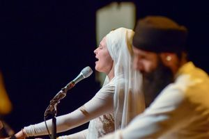 0605a543-snatam-kaur-concert-part-one-artists-13-of-31_orig.jpg
