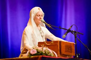 2050155a-snatam-kaur-concert-part-one-artists-20-of-31_orig.jpg