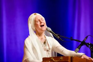 487113a9-snatam-kaur-concert-part-one-artists-17-of-31_orig.jpg