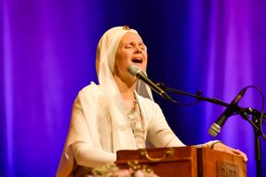 6e00a342-snatam-kaur-concert-part-one-artists-18-of-31_orig.jpg